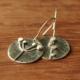 Boucles d'oreilles en argent martelé conçues par Adeline Beaujoin, créatrice de bijoux contemporains installée en Nouvelle Aquitaine.