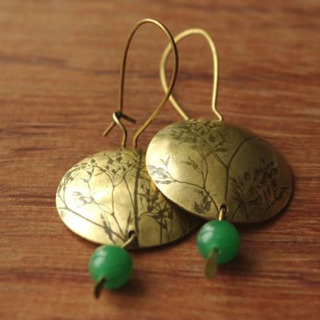 Boucles d'oreilles artisanales en laiton imprimées de graminées et perles de verre
