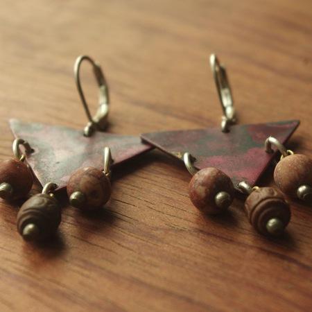 Boucles d'oreilles de créateur en cuivre et perles de terre cuite