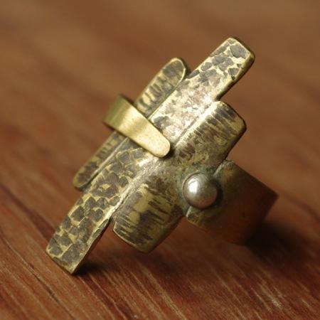 Bague unique en cuivre réalisée par Adeline Beaujon, créatrice de bijoux uniques, artisanaux et contemporains.