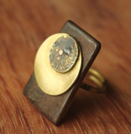 Bague unique en laiton et ébène réalisée par Adeline Beaujon, créatrice de bijoux uniques, artisanaux et contemporains.